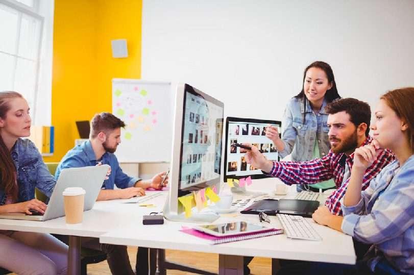 Gruppe af personer arbejder ved VM Duo skærm